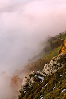 Туман и облако снег пейзаж горной долины.
