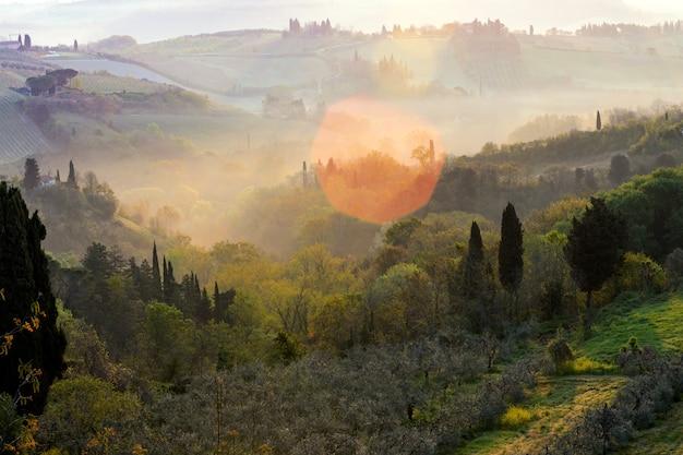 霧と典型的なトスカーナの風景