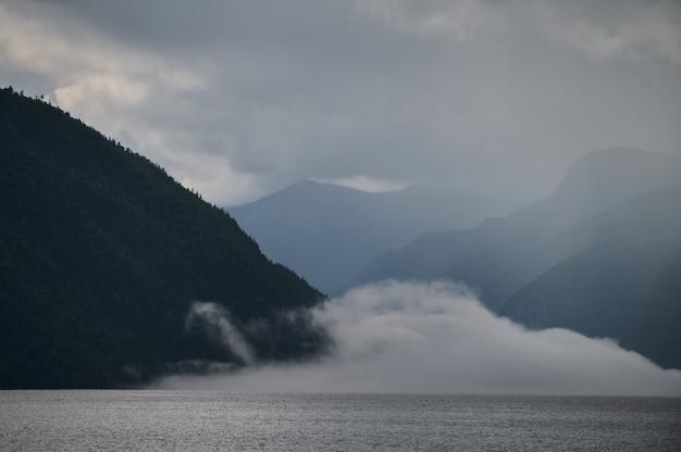 山の谷の霧。アルタイ山脈の湖の上の朝の霧。