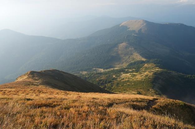 山の霧。秋の風景。カルパティア山脈、ウクライナ、ヨーロッパ