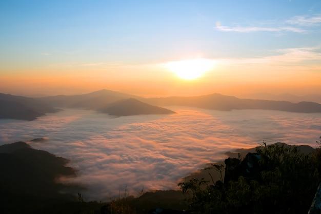 이른 아침 일출에 안개 산입니다.