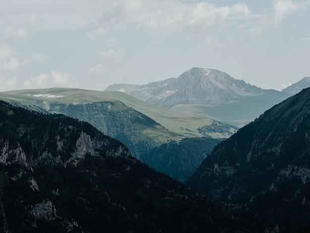 霧の自然の新鮮な空気のシルエットは山を雲します。高品質の写真