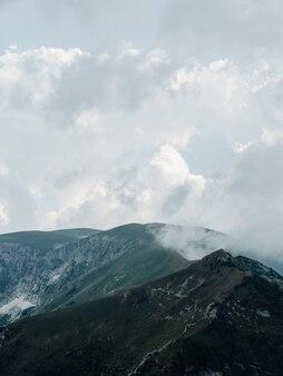 霧の自然新鮮な空気のシルエット雲山