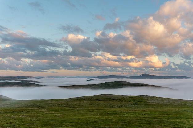 Туман на холмах на закате, остров сороя, норвегия