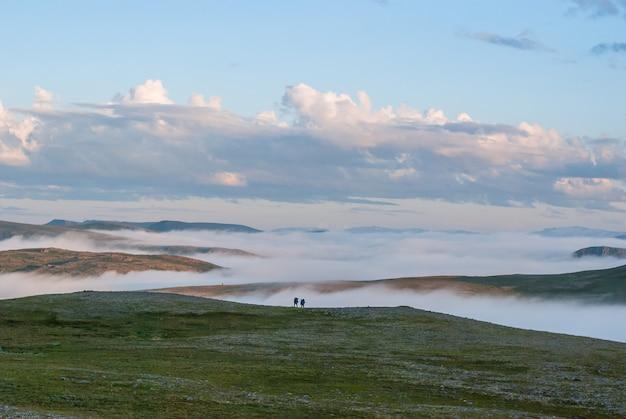 日没時の丘の霧、セール島、ノルウェー
