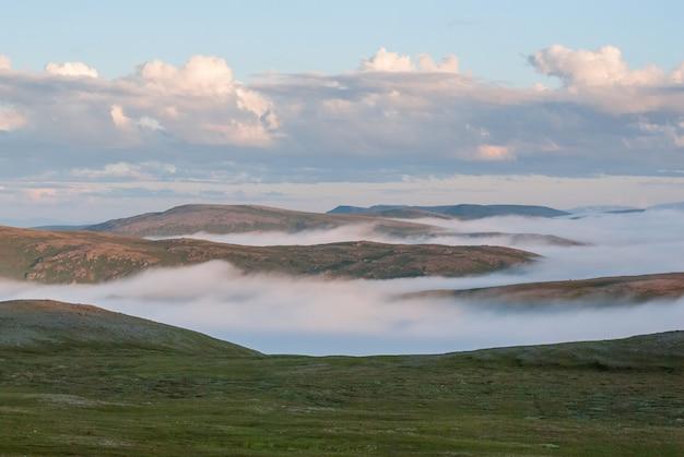 일몰, soroya 섬, 노르웨이 언덕에 안개