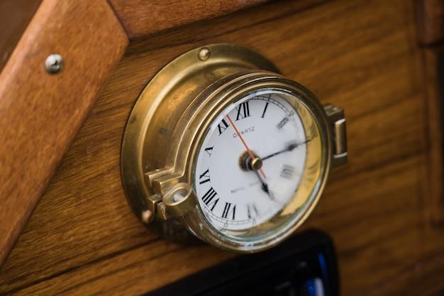 안개가 자욱한 요트 시계.
