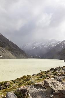 Туманный день на южном острове лейк-хукер, новая зеландия