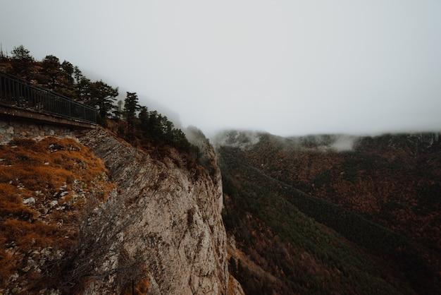 Туманные холмы осенью
