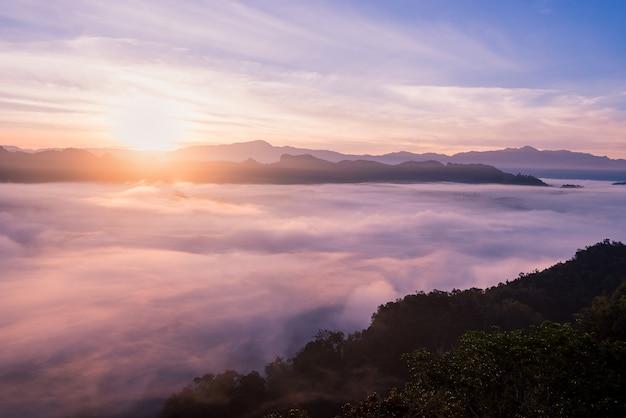 夕暮れの空とタイ北部の霧の風景
