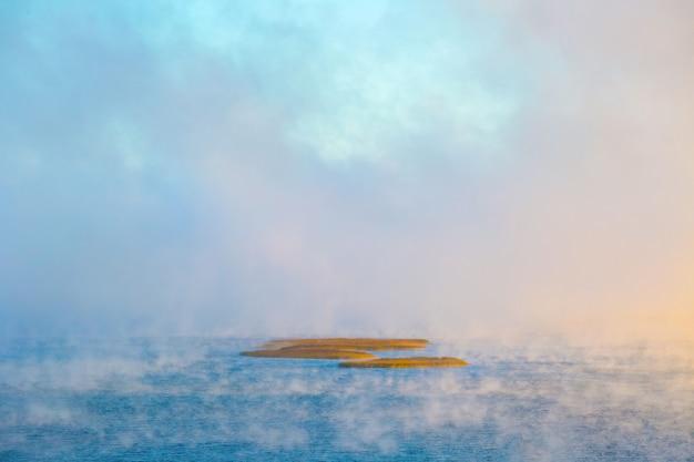 ベラルーシのブラスラウ湖国立公園、ストルスト湖での霧の朝。