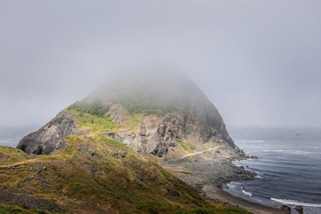 オレゴン州シスターロック州立公園の霧の朝