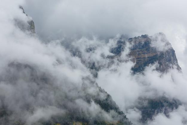 秋の霧の山