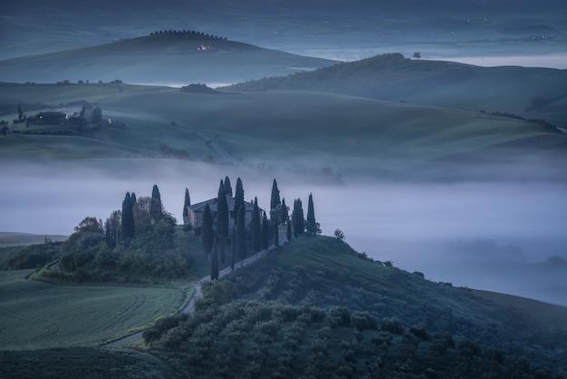 Туманный природный ландшафт с деревенской виллой