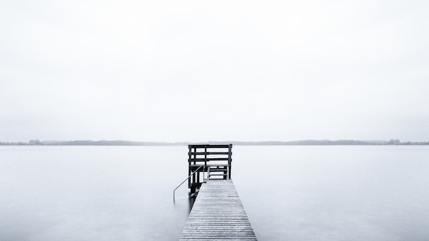 추운 아침에 바다로 이어지는 부두의 안개 풍경