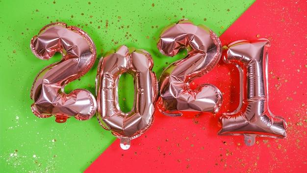 2021年の数字の形で風船をホイル。新年のお祝い。