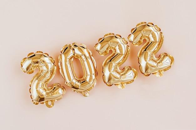 2022年の数字の形で風船をホイル。新年のお祝い。金と銀の気球。ホリデーパーティーの装飾。