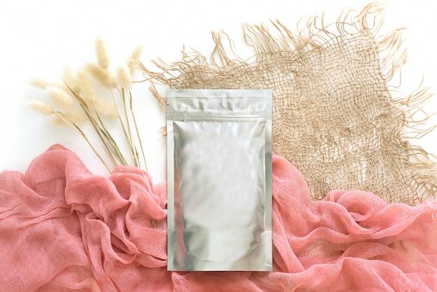 Фольга, упаковка, сукно и сухоцветы, натуральные краски.