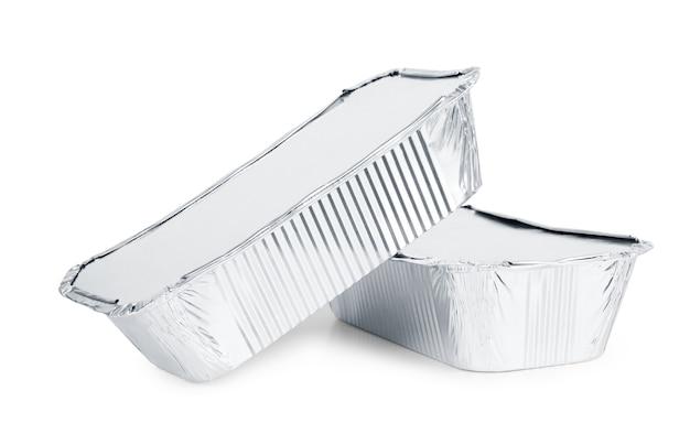 白い背景の上の持ち帰り用食品のホイルトレイ