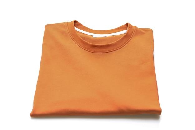 흰색 배경에 고립 된 접는 티셔츠