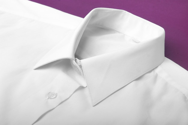 白い長袖シャツを折ります