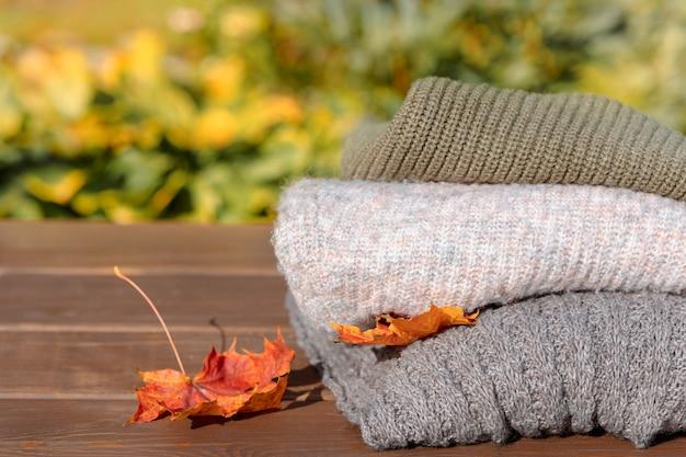 Сложенная осенне-зимняя одежда ворс из трикотажной