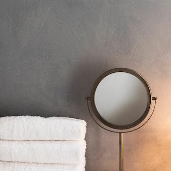 Сложенные банные полотенца и декор в ванной