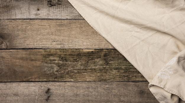 오래 된 회색 나무 보드, 평면도, 복사 공간으로 만든 테이블에 접힌 베이지 색 리넨 수건