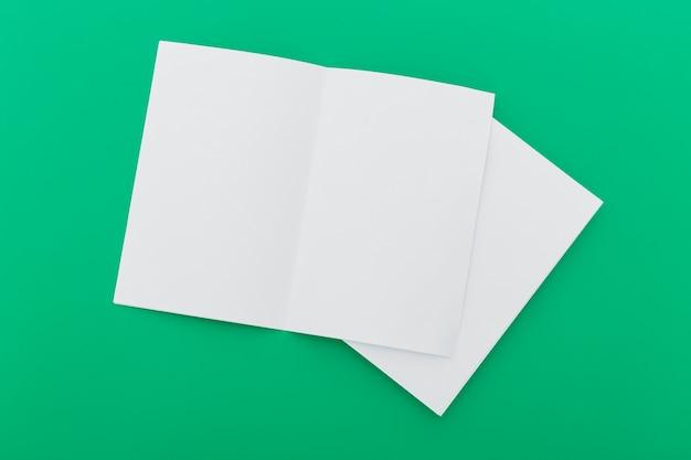 折りたたまれた空白のパンフレット