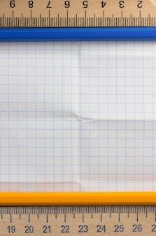 Сложенная клетчатая бумага в качестве фона