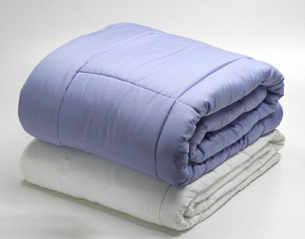 折り畳まれた羽毛布団またはキルト