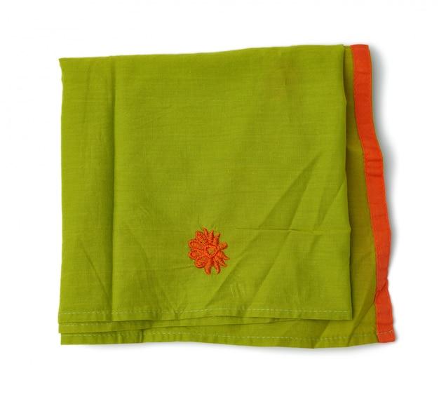 Сложенная зеленая хлопчатобумажная ткань на белом фоне