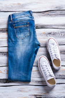 디스플레이 캔버스 f에 신발 품질 캐주얼 신발과 접힌 청바지와 흰색 신발 블루 데님 바지 ...