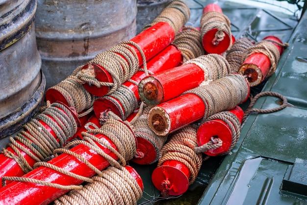 Сложенные маркерные буи на военном катере сухие красные поплавки с тросовым устройством морской узел единица скорости
