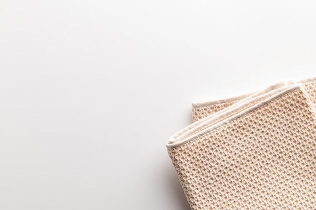 白で隔離の折り畳まれた天然綿タオル