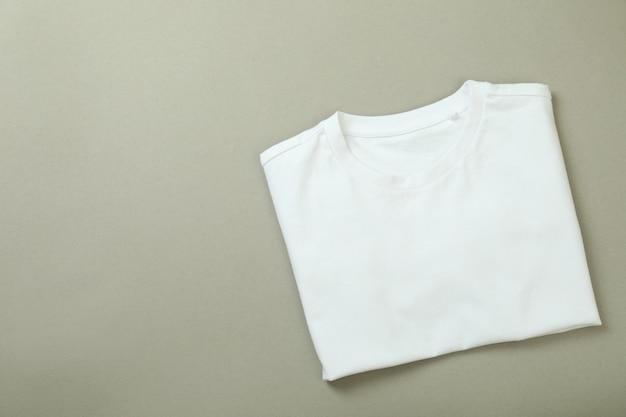 灰色の背景に折りたたまれたスウェットシャツ