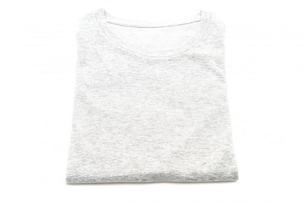Сложенная футболка на белом