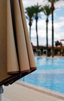 수영장에서 접힌 섬유 태양 우산