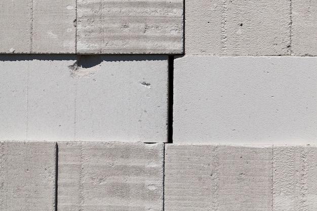 Сложенные вместе большие блоки белого или серого цвета, используемые в строительстве