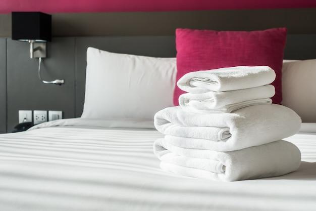 Сложенные полотенца на кровати