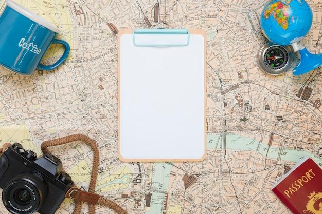 Папка на карте, окруженная элементами путешествия