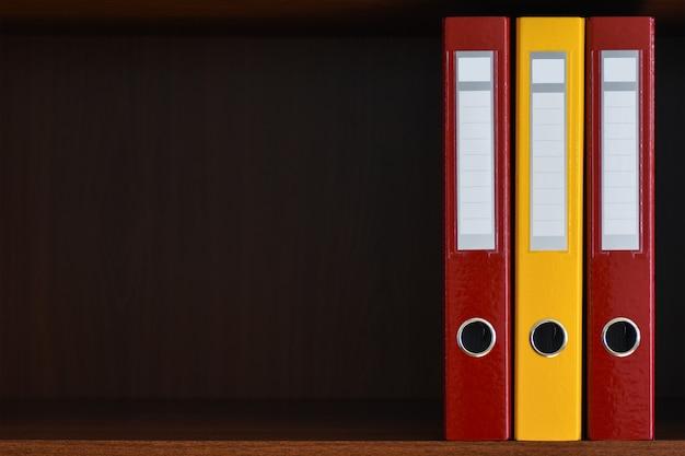 사무실 선반에있는 옷장에있는 문서 용 폴더