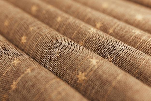 茶色のテキスタイルテーブルクロスの折り目。背景がぼやけている。高品質の写真