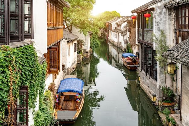 Zhouzhuang ancient town의 민가와 강