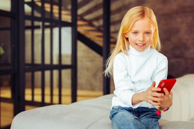 フォローしてください。家にいる間、笑顔を絶やさない素晴らしい子供