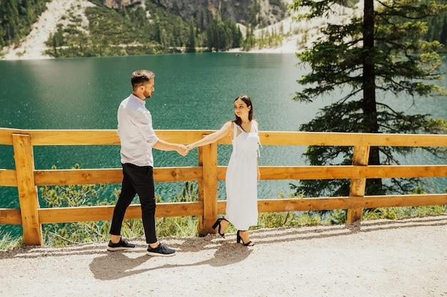 Следуйте за мной по красивым пейзажам озера брайес (lago di braies), романтического места в альпах, доломитовых альпах, италии, европе.