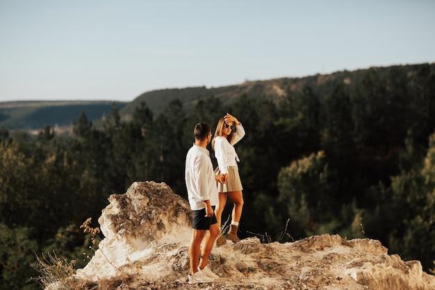 Следуй за мной, молодая пара на прогулке по горам