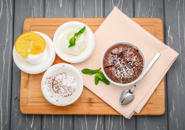 Горячий шоколадный пудинг, шоколад fondantu на деревянном