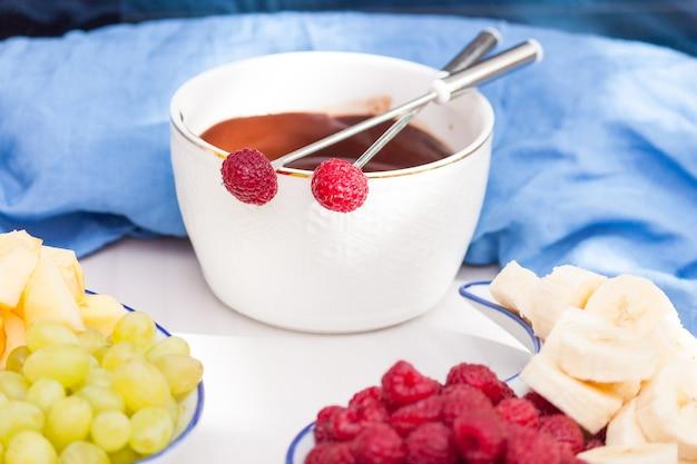 溶かしたチョコレート、フルーツ、ベリーのフォンデュ。