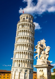 Fontana dei putti and the leaning tower-피사, 이탈리아